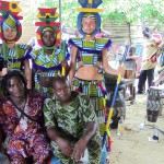 Zondede dansar och spelar på begravning utanför Kpalimé
