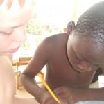 Mawuli gör läxor.
