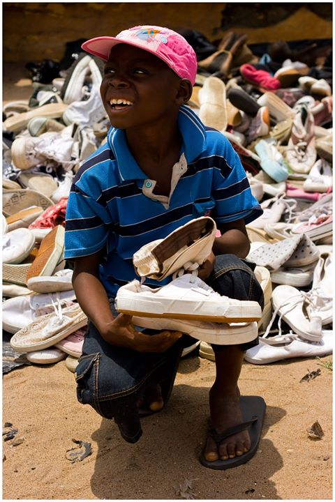 Mawuli får nya skor.